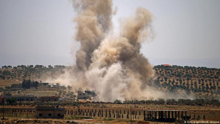 Luftangriffe in der syrischen Provinz daraa nahe der syrisch-jordanieschen Grenze am 8. Juli 2018; Foto: Getty Images/AFP