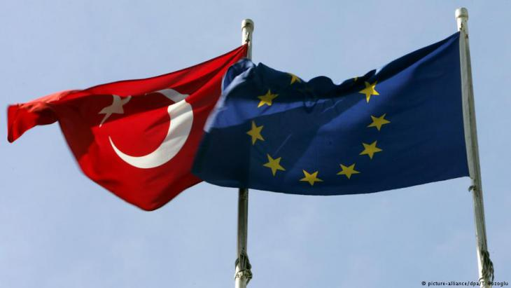 Symbolbild Fahnen der Europäischen Union und der Türkei; Foto: picture-alliance/dpa