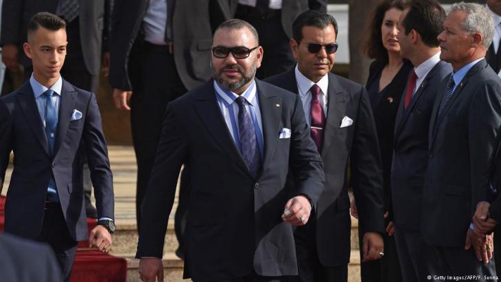 Marokkos König Mohammed VI. (m.) gemeinsam mit seinem Sohn Prinz Moulay Hassan (l.) und seinem Bruder Prinz Moulay Rachid in Rabat; Foto: Getty Images/AFP/F. Senna