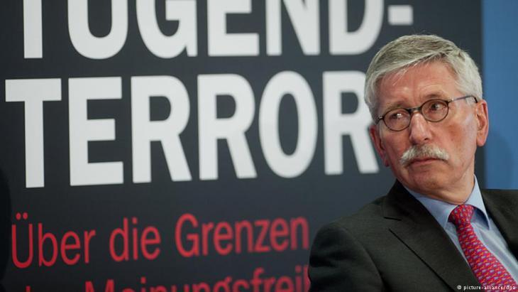 """Thilo Sarrazin stellt am 24.02.2014 in Berlin sein neues Buch """"Der neue Tugendterror"""" vor; Foto: Maurizio Gambarini/dpa"""