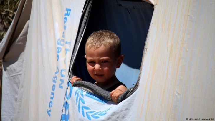 Syrisches Flüchtlingskind in eienm Schutzzelt der Vereinten Nationen in Daraa; Foto: picture-alliance