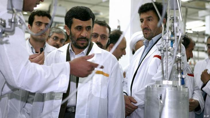 Der ehemalige iranische Präsident Mahmoud Ahmadinejad während eines Besuchs im Urananreicherungszentrum von Natanz am 8. April 2008; Foto: AP