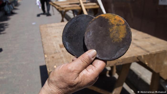 Mit Ofenplatten zum Markt - Umm Heba will sie eintauschen; Foto: Abdelrahman Mohamed