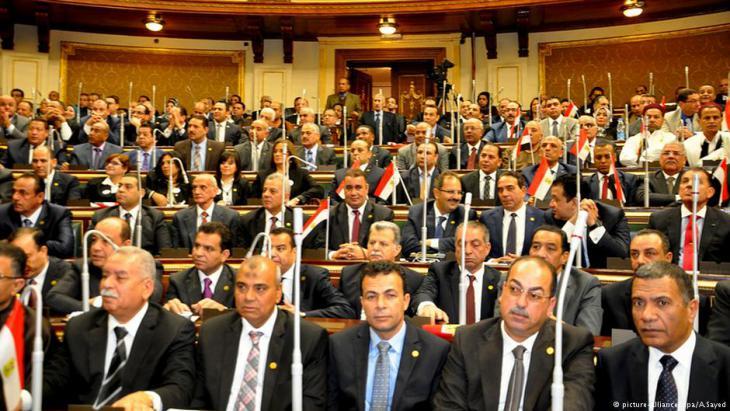 Politische Vertreter des ägyptischen Parlaments in Kairo während einer Sitzung; Foto: dpa/picture-alliance