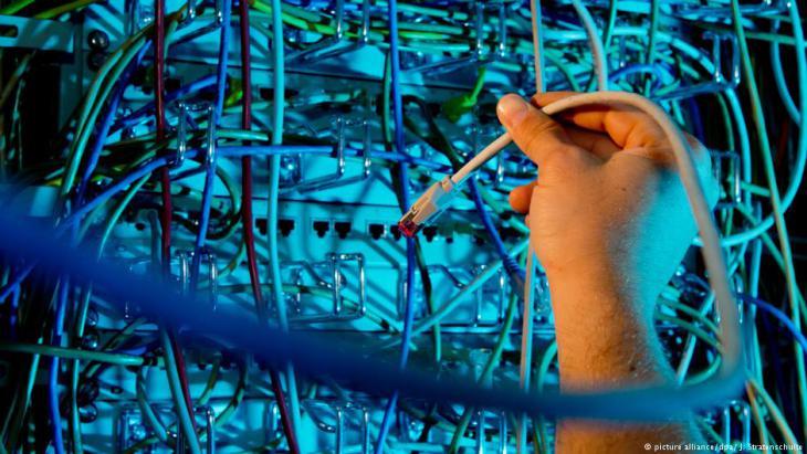 Symbolbild Überwachung: Serverschrank mit Netzwerkkabeln; Foto: dpa/picture-alliance