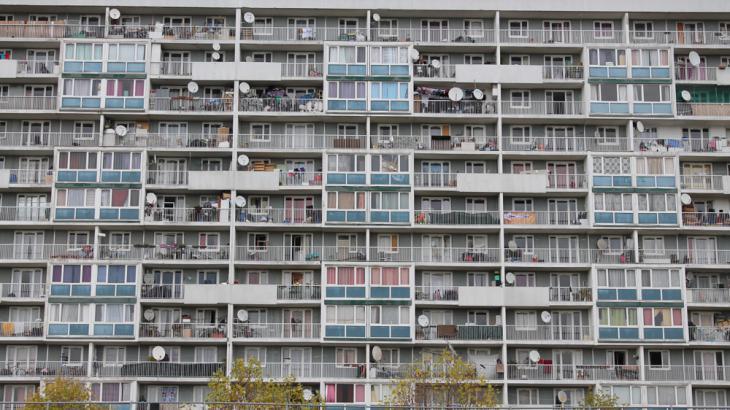 Wohnblocks in einer Pariser Banlieue; Quelle Al Jazeera English