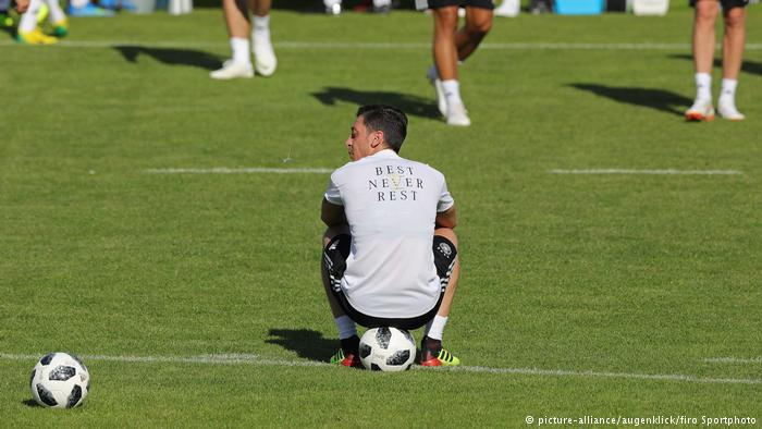 Mesut Özil im Trainingslager; Foto: picture-alliance/augenklick/firo Sportphoto