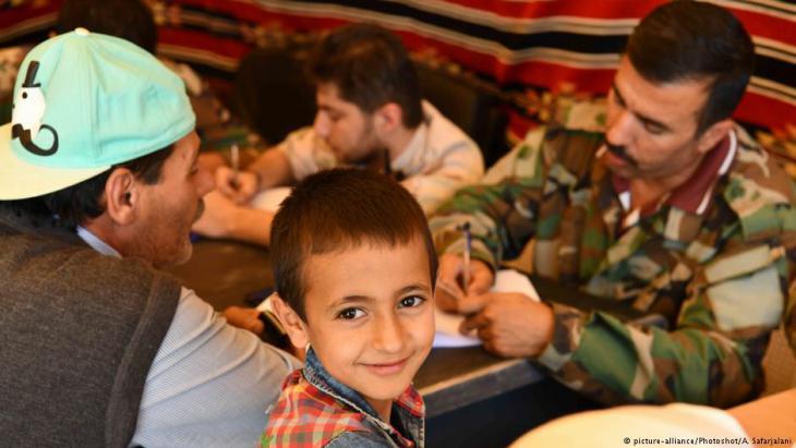 Kontrolle der Papiere von Flüchtlingen auf ihrem Weg von der libanesischen Stadt Arsal zurück ins syrische Dorf Al-Jarajir