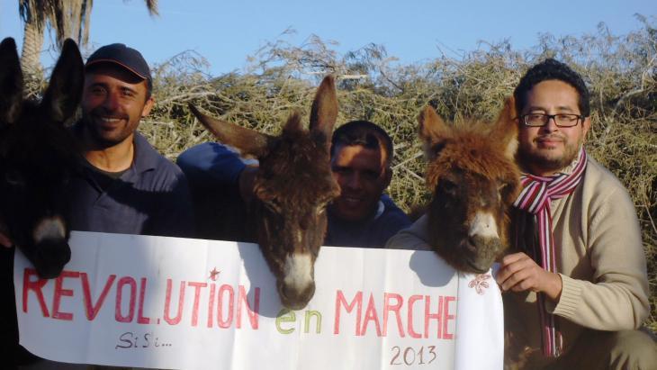 Zouheir Ben Tamarout und sein Team auf dem Grundstück des Oxala House. Foto:  Madeleine Löning