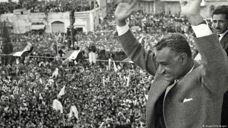 Der Präsident der Vereinigten Arabische Republik Jamal Abdel Nasser n begrüßt ach dem Bruch der Beziehungen zu Syrien das Volk  in Kairo, Ägypten.