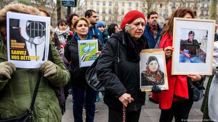 Aktivisten für die Freilassung politischer Gefangener - Demonstration der Familien für Frieden in Paris.  (photo: picture-alliance/C. Petit-Tesson)