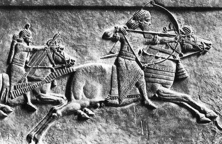 Jagdszene zeigt assyrischen König Aššurbanipal; Quelle: Wikipedia