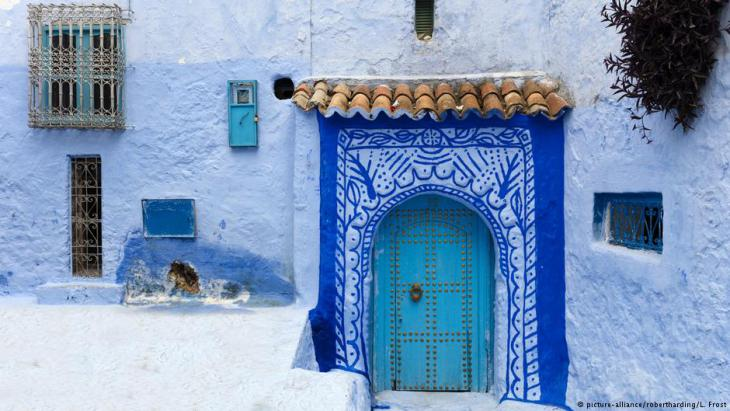 Blick auf eine Tür in der historischen Altstadt von Chefchauen, auch die blaue Stadt genannt, im marokkanischen Rifgebirge; Foto: picture-alliance