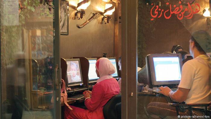 Arabische Jugendliche in einem Internet-Café; Foto: dpa/picture-alliance