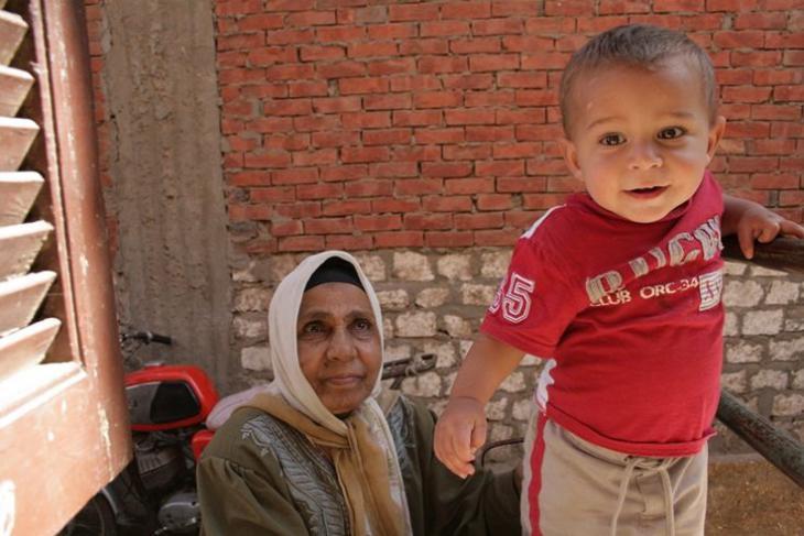 Eine Großmutter mit ihrem Enkel in Tizmant, Ägypten; Foto: © Sandra Wolf