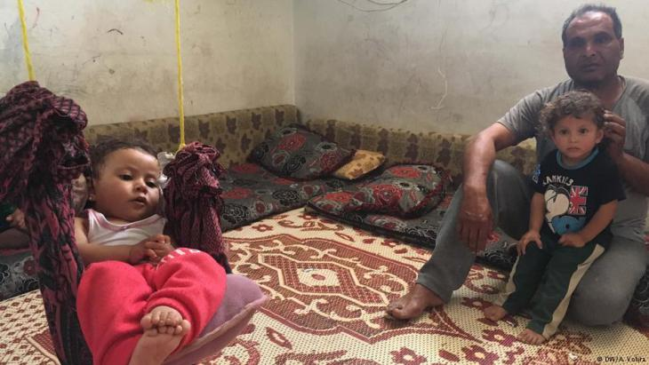 Folteropfer Mizyed Khalid Tahad mit seinen Kindern; Foto: Anchal Vohal/DW