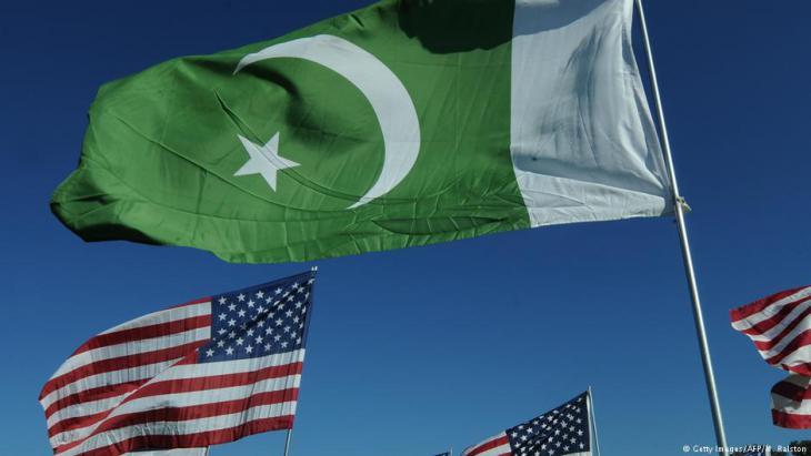 US-amerikanische und pakistanische Fahnen; Foto: AFP/Getty Images/M.Ralstom