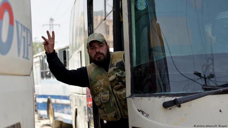 """Evakuierung von Zivilisten und Kämpfern der """"Freien Syrischen Armee"""" (FSA) aus Yarmouk; Foto: picture-alliance/R. Alsayed"""
