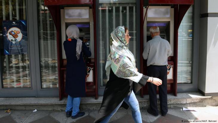 Iraner vor Geldautomaten in Teheran am 6. August 2018; Foto: picture-alliance/AA/F. Bahrami