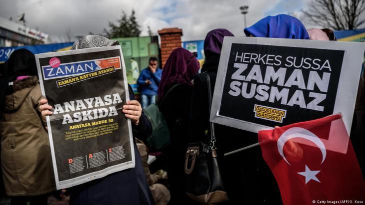 """Proteste gegen die Schließung der Zeitung """"Zaman"""" in Istanbul; Foto: AFP/Getty Images"""