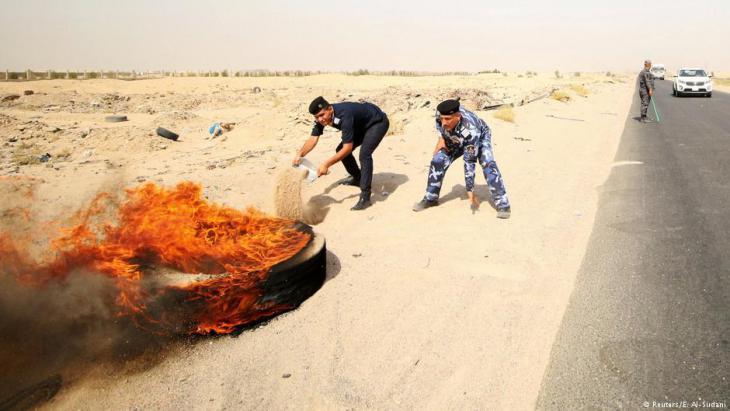 Irakische Sicherheitskräfte löschen in Brand gesetzte Reifen von Demonstranten nahe des Ölfeldes Zubair, Südirak; Foto: Reuters/E. Al-Sudani