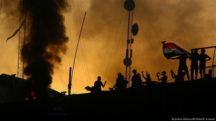 Demonstranten nach der Stürmung des zuvor von ihnen in Brand gesetzten Regierungsgebäudes in Basra am 7. September 2018; Foto: AP/picture-alliance