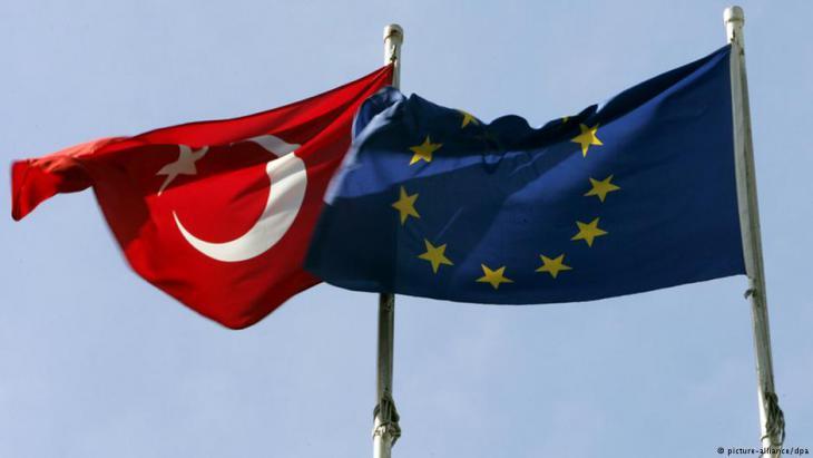 Symbolbild: Fahnen der Europäischen Union und der Türkei; Foto: picture-alliance/dpa