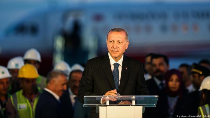 Erdoğan während einer Rede im Juni 2018 am neuen Flughafen von Istanbul; Foto: picture-alliance/AA