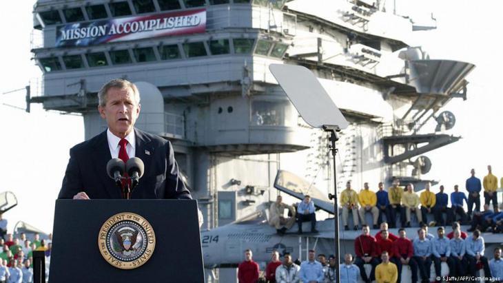 George W. Bush erklärt am 1. Mai 2003 auf dem Flugzeugträger USS Abraham Lincoln den Irakkrieg für beendet; Foto: S.Jaffe/AFP/GettyImages
