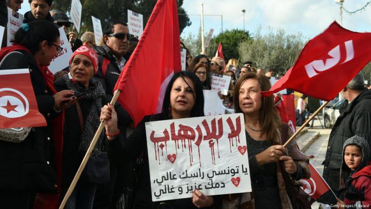 """""""Nein zum Terrorismus"""" - Tunesier protestieren gegen die Rückkehr von Dschihadisten; Foto: Getty Images/F. Belaid"""