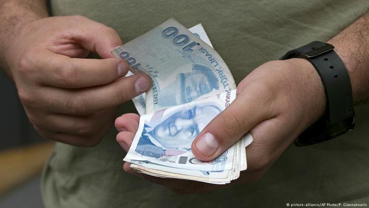 Mann zählt türkische Lira-Scheine in einer Wechselstube in Istanbul; Foto: picture-alliance/AP