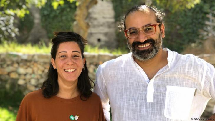 Yazan Khalili vom Khalil Sakanini Kulturzentrum in Ramallah und Co-Kuratorin Reem Shadid; Foto: DW/Sarah Judith Hofmann
