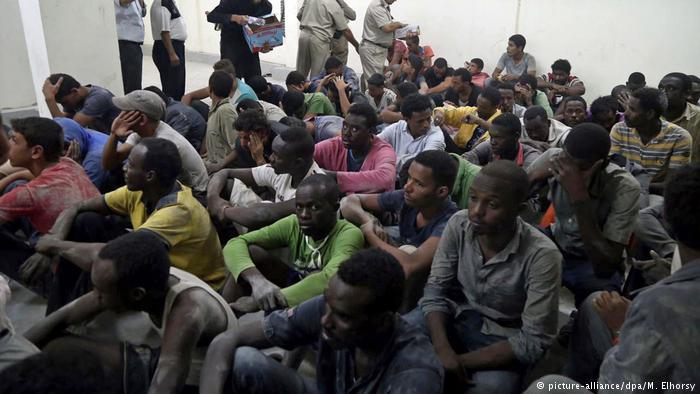Migranten in einer Polizeistation in Rosetta in Ägypten; Foto: picture-alliance/dpa