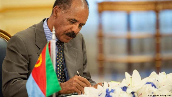 Eritreas Präsident Isaias Afwerki bei der Unterzeichnung des Freundschaftsvertrags im saudischen Dschidda; Foto: picture-alliance/dpa
