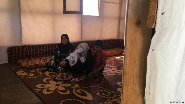 Muazzaz Ali, ihre Tochter Lama Farzad und deren Sohn in ihrem provisorischen Zuhause in einem libanesischen Flüchtlingslager; Foto: DW