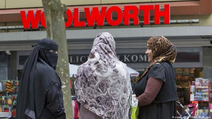 Niqab- und Koptruch tragende Frauen in Deutschland. (picture alliance / U. Baumgartner)