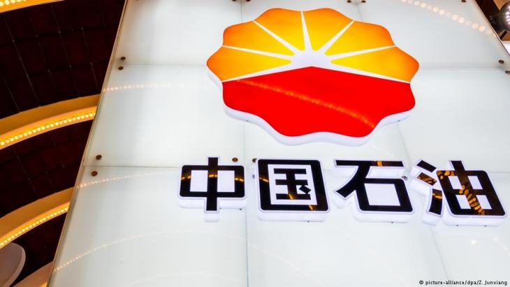"""Ein Stand der """"China National Petroleum Corporation"""", der Muttergesellschaft von """"PetroChina"""", während einer Ausstellung in Shanghai; Foto: picture-alliance/dpa/Z. Junxiang"""