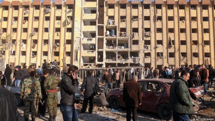 Syrer versammeln sich am 15. Januar 2013 am Ort einer Explosion außerhalb der Aleppo-Universität. (Foto: AFP/Getty Images).