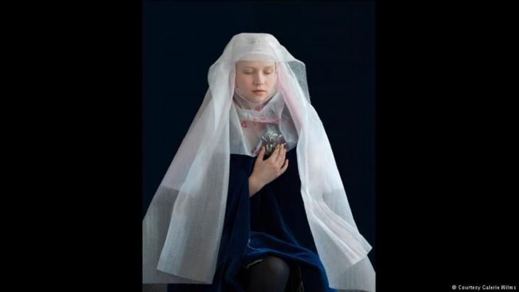 Suzanne Jongman inszeniert ihre Modelle in recycleten Materialien, um flämische Kunstwerke nachzustellen.