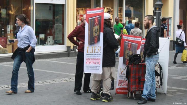"""Kostenlose Koran-Verteilungen zu Zeiten der """"Lies!""""-Aktion wie diese waren immer wieder in der Bonner Innenstadt zu beobachten; Foto: DW/I. Azzam"""