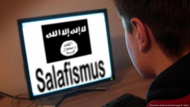Jugendlicher verfolgt auf einem Bildschirm radikal-islamistische Propaganda im Netz; Foto: picture-alliance/chrom orange/ R. Peters