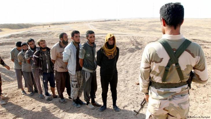 Von kurdischen Peschmerga-Einheiten festgesetzte IS-Kämpfer bei Kirkuk im Oktober 2017; Foto: Reuters