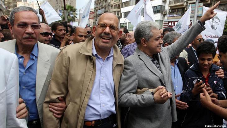 Hamdeen Sabahi und Mohammed ElBaradei während einer Demonstration gegen das Mubarak-Regime in Kairo; Foto: picture-alliance/dpa