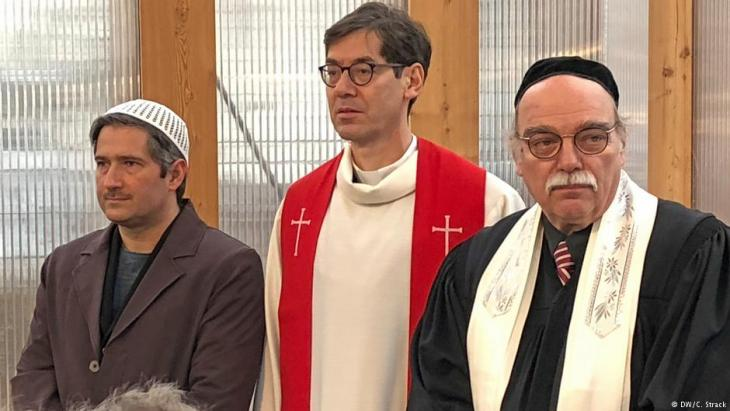 Imam Kadir, der evangelische Pfarrer Gregor Hohberg, Rabbiner Andreas Nachama (von links nach rechts) gehören zum Stiftungsrat des Projekts; Foto: DW/Christoph Strack