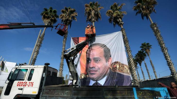 Transparent mit dem Konterfei des ehemaligen ägyptischen Feldmarschalls und heutigen Präsidenten Abdel Fattah al-Sisi wird im Zentrum Kairos aufgehängt; Foto: Reuters