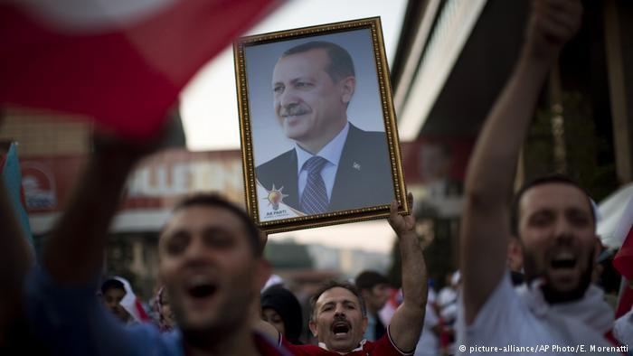 Anhänger Erdoğans und seiner regierenden AKP; Foto: picture-alliance/AP Photo/E. Morenatti