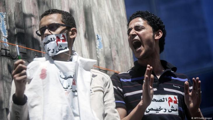 Poteste ägyptischer Journalisten gegen die Unterdrückung der Meinungsfreiheit vor dem Presse-Syndikat in Kairo am 17.04.2014; Foto: MAHMOUD KHALED/AFP/Getty Images