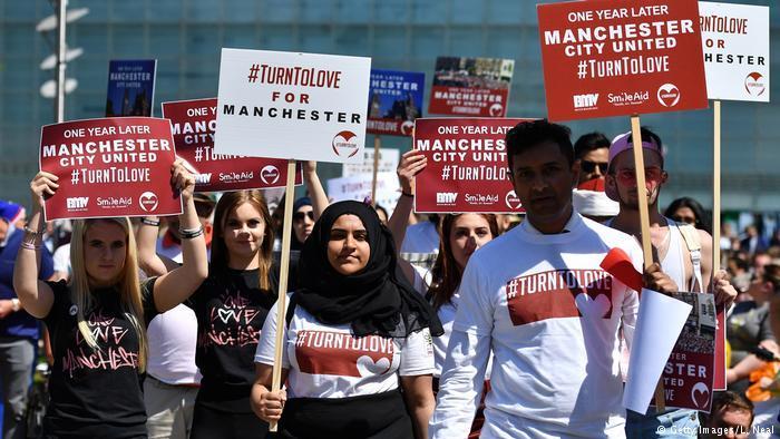 #TurnToLove-Proteste in Manchester ein Jahr nach dem Terrorangriff, der 22 Menschen auf einem Konzert der Sängerin Ariana Grande im Mai 2017 tötete; Foto: Getty Images/L. Neal