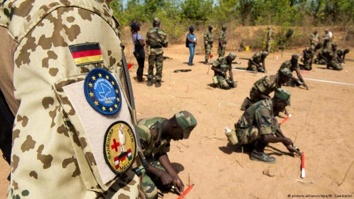 Soldaten der Bundeswehr in Koulikoro, Mali, bei der Ausbildung von Armee-Einheiten Malis; Foto: picture-alliance/dpa