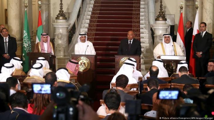 Der ägyptische Außenminister Sameh Shoukry während einer Pressekonferenz mit dem Außenminister der VAE, Abdullah bin Zayed Al-Nahyan, und dem saudischen Außenminister Adel al-Jubeir, und dem Außenminister Bahrains, Khalid bin Ahmed al-Khalifa, im Jahr 2017 in Kairo; Foto: picture alliance/Zumapress/APA Images/Stranger
